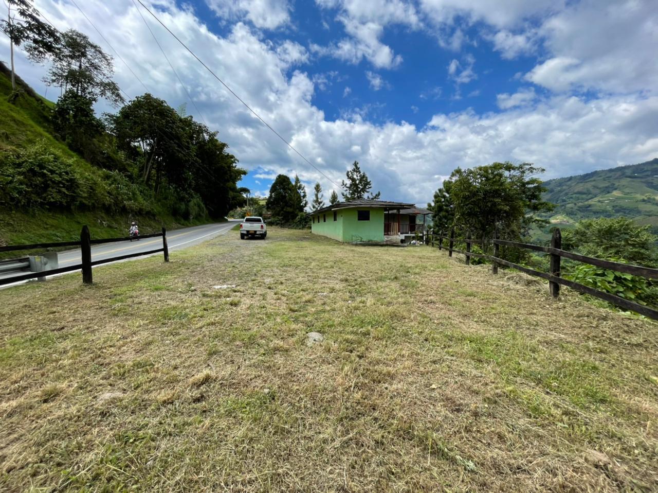 LVOC-0154 Se vende lote sobre vía hacia Manizales, excelente ubicación y precio.